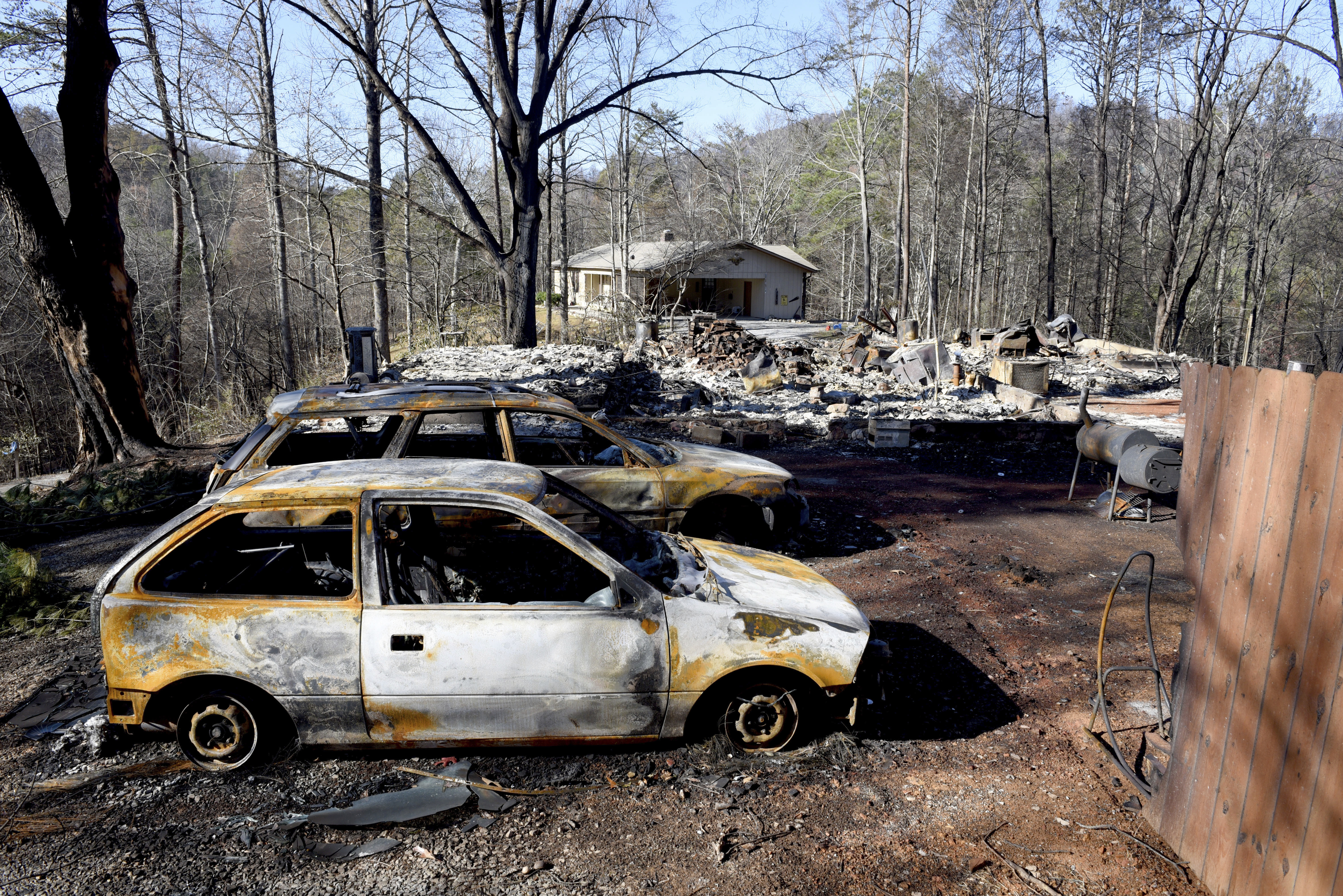 Cars Line Up To See Wildfire Ravaged Gatlinburg 13 Dead