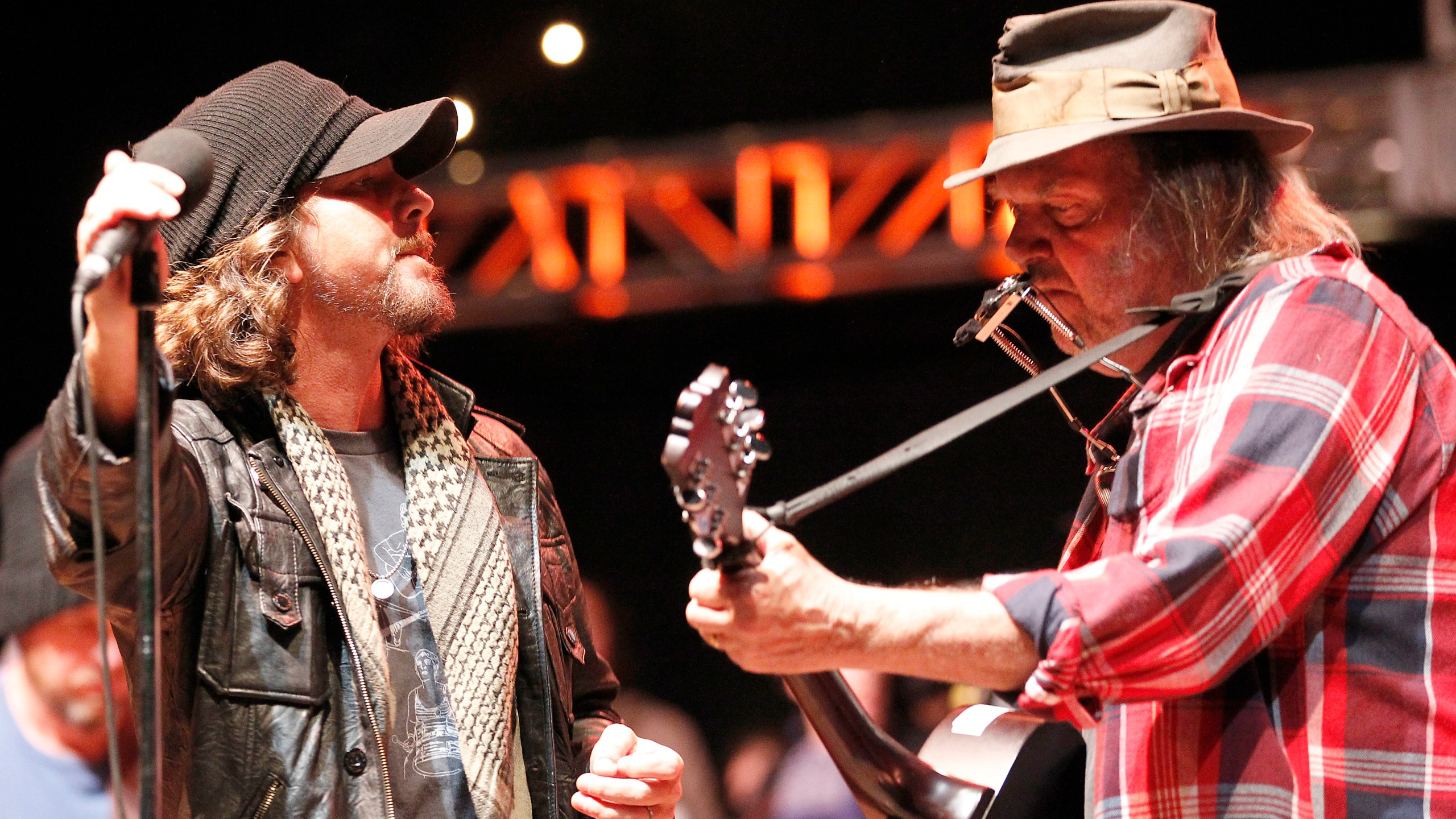 Eddie Vedder, Neil Young_236780