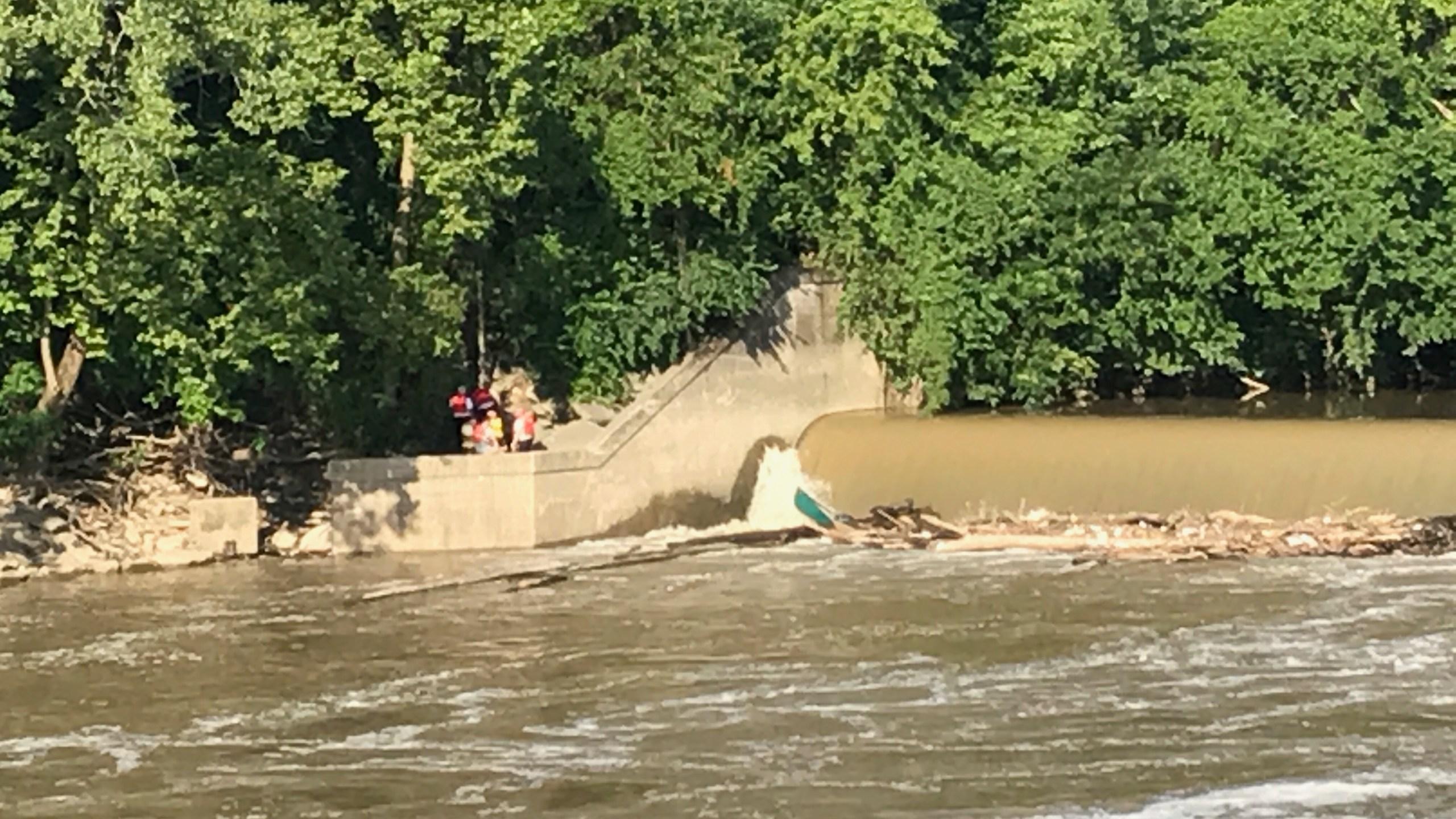 Canoe caught in dam._270810