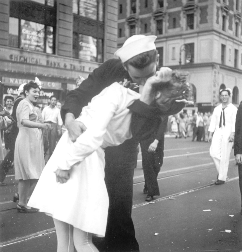 Obit WWII Kissing Sailor Photo_1550503364306