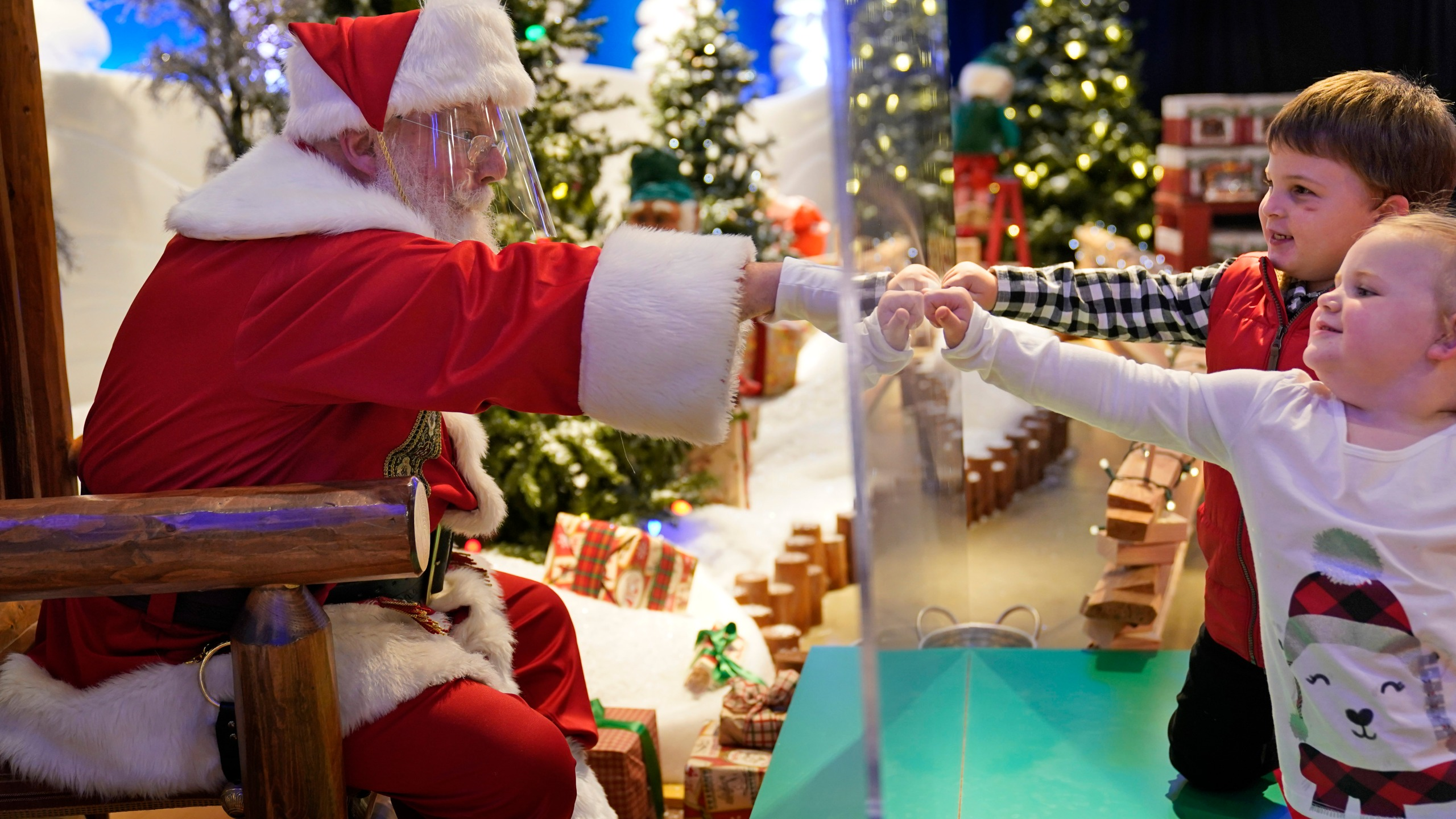 Fort Wayne Christmas Events 2020 Mall Here comes Santa Claus – with face masks and plexiglass – WANE 15