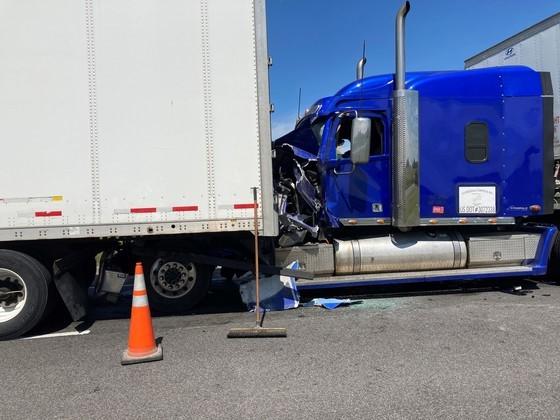 Illinois man dies after semis crash on I-70